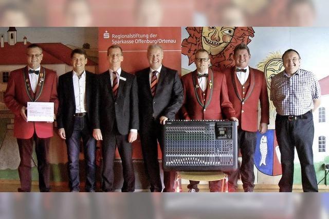 Sparkasse spendet für Mikrofonanlage der Sendewelle