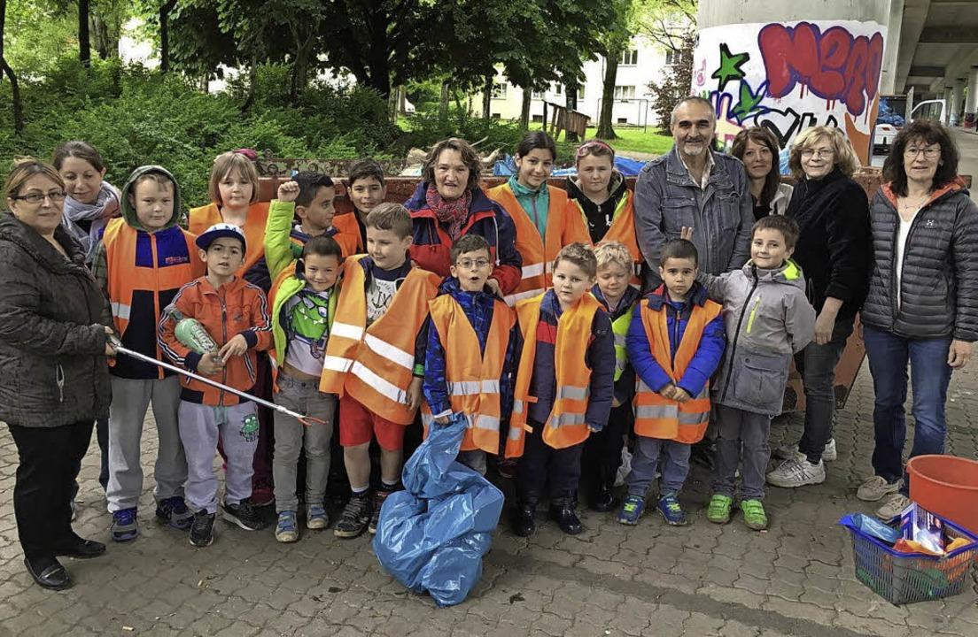 Die fleißigen Müllsammler des Stadtteilvereins räumten an der Hardstraße auf.     Foto: Privat