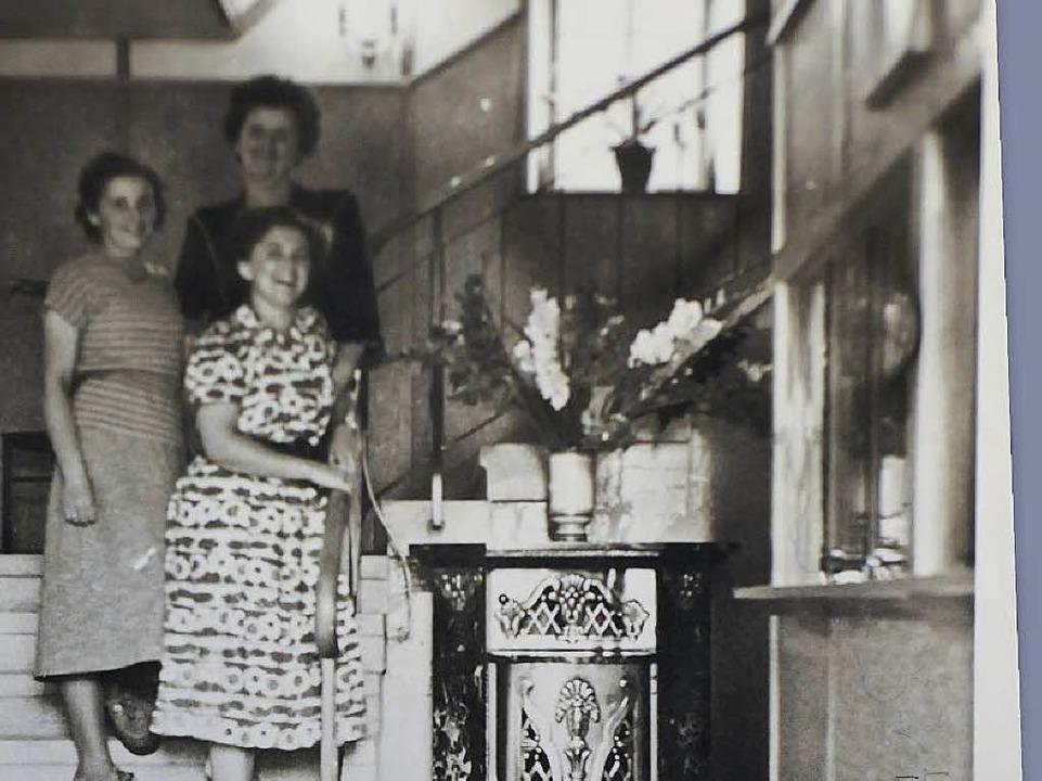 Am Eingang der Wiesenlichtspiele: Im A...chter Erni (vorne) und ihre Schwester.  | Foto: Privat