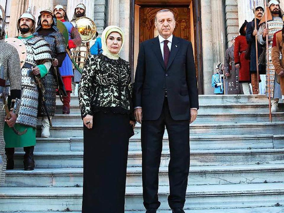 Recep Erdogan mit seiner Frau Emine vor dem Dolmabahce Palast in Istanbul    Foto: dpa