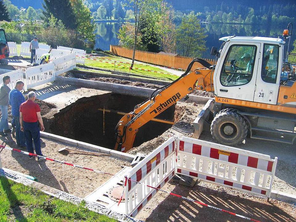 Ein Bagger legte den Bunker in 4,50 Me...raße schon Leitungen verlegt worden.      Foto: Landratsamt Breisgau-Hochschwarzwald