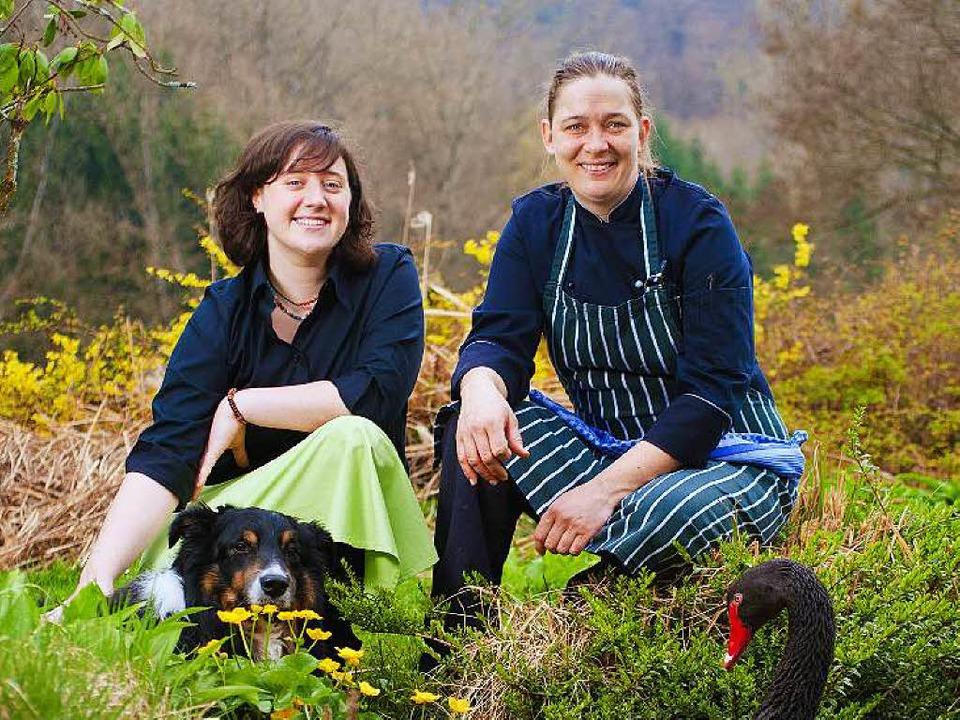 Jolanda Wermuth (links) und Melanie Gu... Shepherd Hund Pokie und Schwan Sydney  | Foto: Birgit-Cathrin Duval
