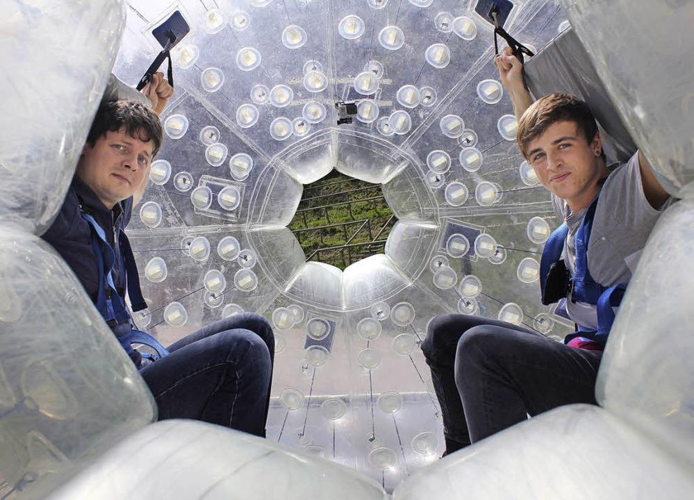Junggesellenabschied in der Kugel:  Sebastian (links)  und Fabian aus Triberg  | Foto: Sarah Beha