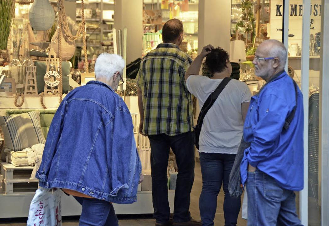 Bei Regen freuen sich  Kunden, am Sonn... trockenen Fußes einkaufen zu können.     Foto: Ingrid Böhm-Jacob/Petra Wunderle