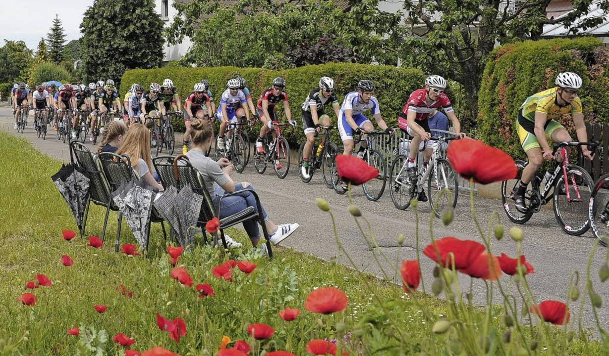 Fahrerfeld   durchs Grüne: Beim Radspo...ingt man die eigenen Sitzplätze mit.    | Foto: Pressebüro Schaller