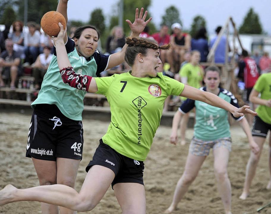 """Alica Burgert gewinnt mit den """"D...sewives"""" im Sand von Altenheim.     Foto: Pressebüro Schaller"""