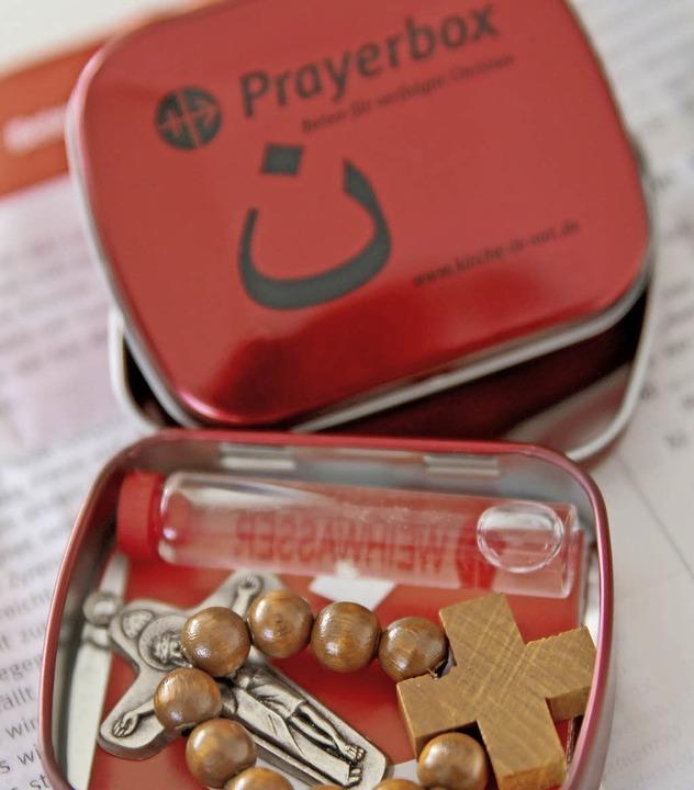 Prayerbox mit  Gebetstext, Kreuz und Weihwasser  | Foto: dpa