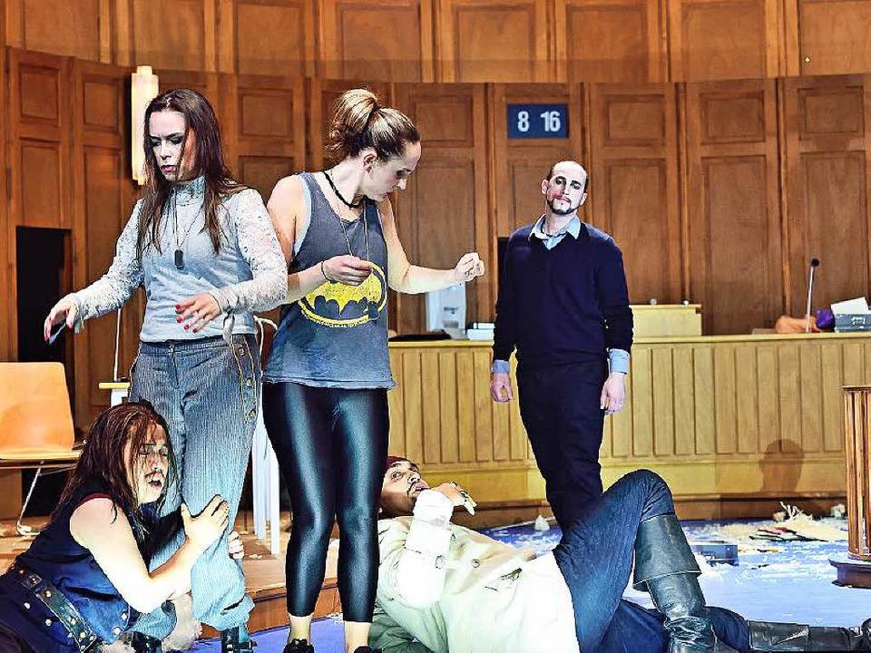 Chaos im Gerichtssaal: Ferrando (Konst...ske), hinten Don Alfonso (Andrei Yvan)  | Foto: MAURICE KORBEL