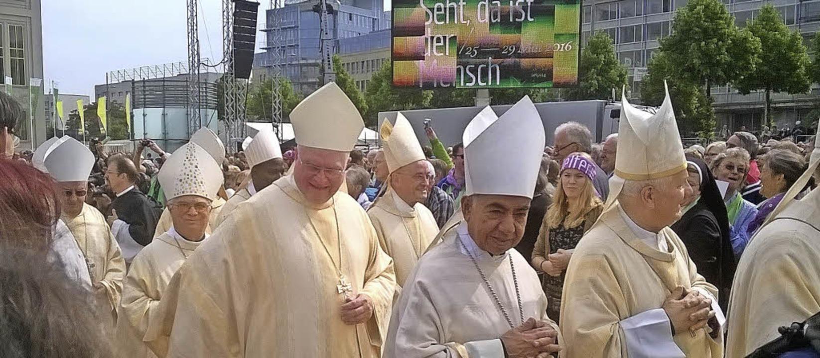 Die Besucher waren den Bischöfen ganz ... nach dem Fronleichnams-Gottesdienst.   | Foto: Martina Marbach