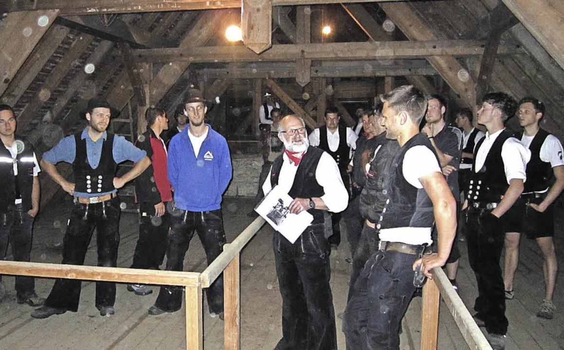 Berthold Bühler (vorne links) erklärte... Holzgewölbe des Wehrer Gotteshauses.   | Foto: Hansjörg Bader
