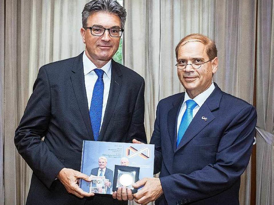 Der israelische Botschafter Yakov Hada...eister  Salomon (links) eine Medaille.  | Foto: Privat