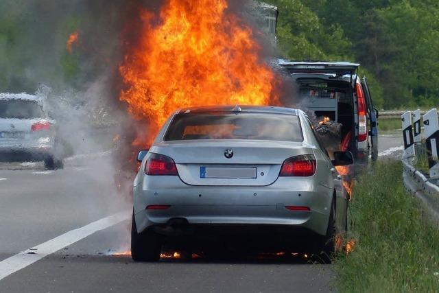 Auf der Autobahn A5 brennt ein Auto lichterloh