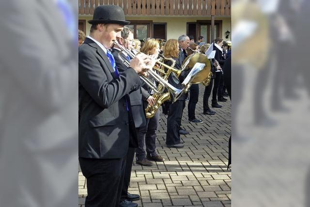 Sechs Stunden schallt fröhliche Marschmusik durch Wollbach