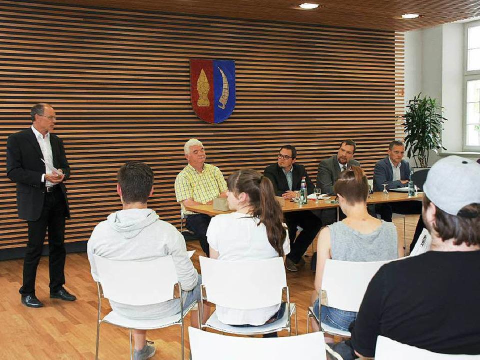 Bürgermeister Ruth begrüßt die jungen ...aff, Dirk Hoenes und Ferdinand Burger.  | Foto: Ruth Seitz