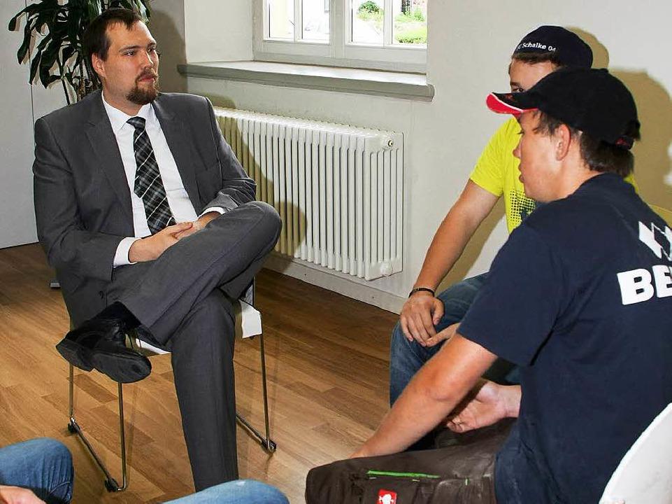 Dirk Hoenes im Gespräch mit den Erstwählern.  | Foto: Ruth Seitz