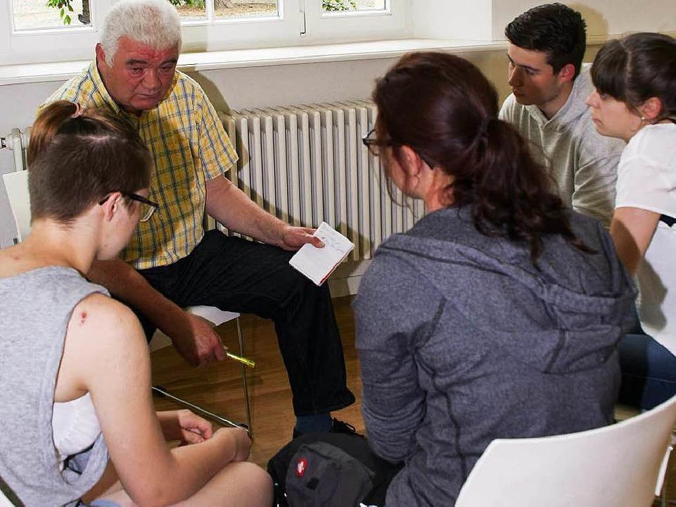 Alfred Wilhelm, Kandidat der Partei &#...220;, im Gespräch mit den Erstwählern.  | Foto: Ruth Seitz