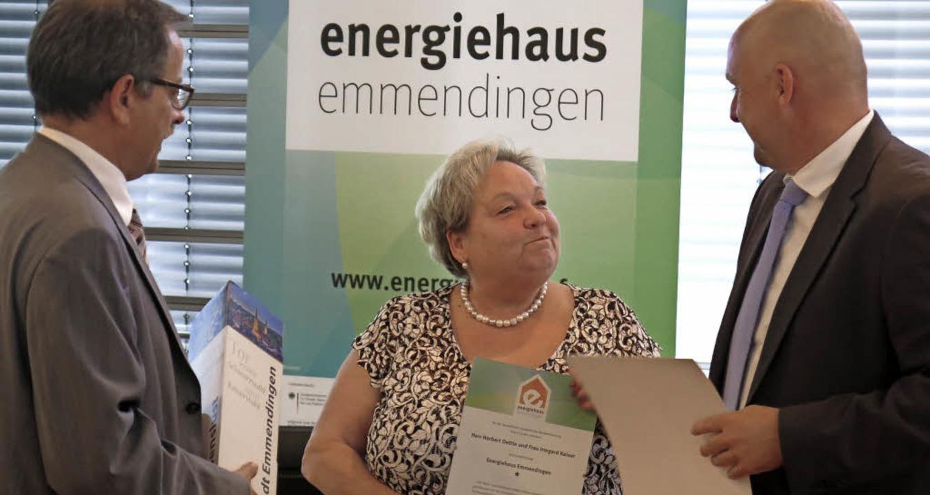 Die Preisträger wie hier Irmgard Kaise...ggstein, rechts  OB Stefan Schlatterer  | Foto: Georg Voß