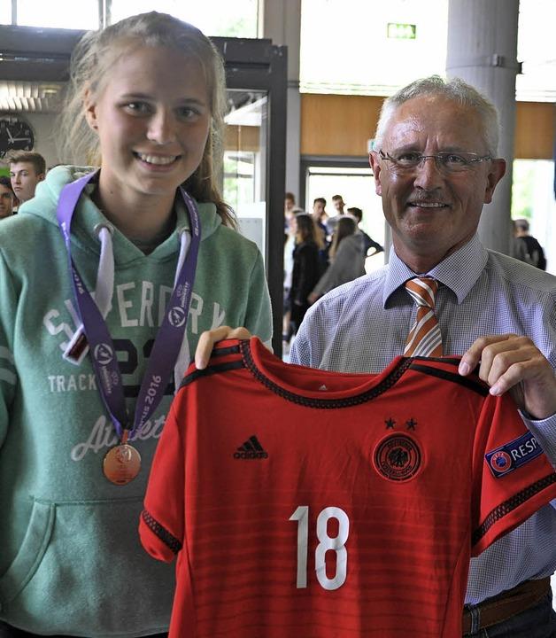 Klara Bühl trägt im DFB-Team das Triko... Faust-Gymnasiums, Hans-Joachim Kraus.  | Foto: Ruther