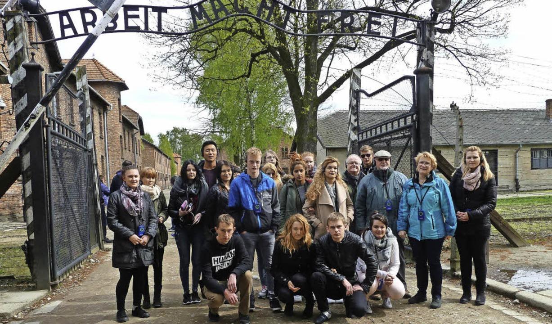Die gemischte Schülergruppe  aus Rhein...n der Gedenkstätte Auschwitz-Birkenau   | Foto: ZVG