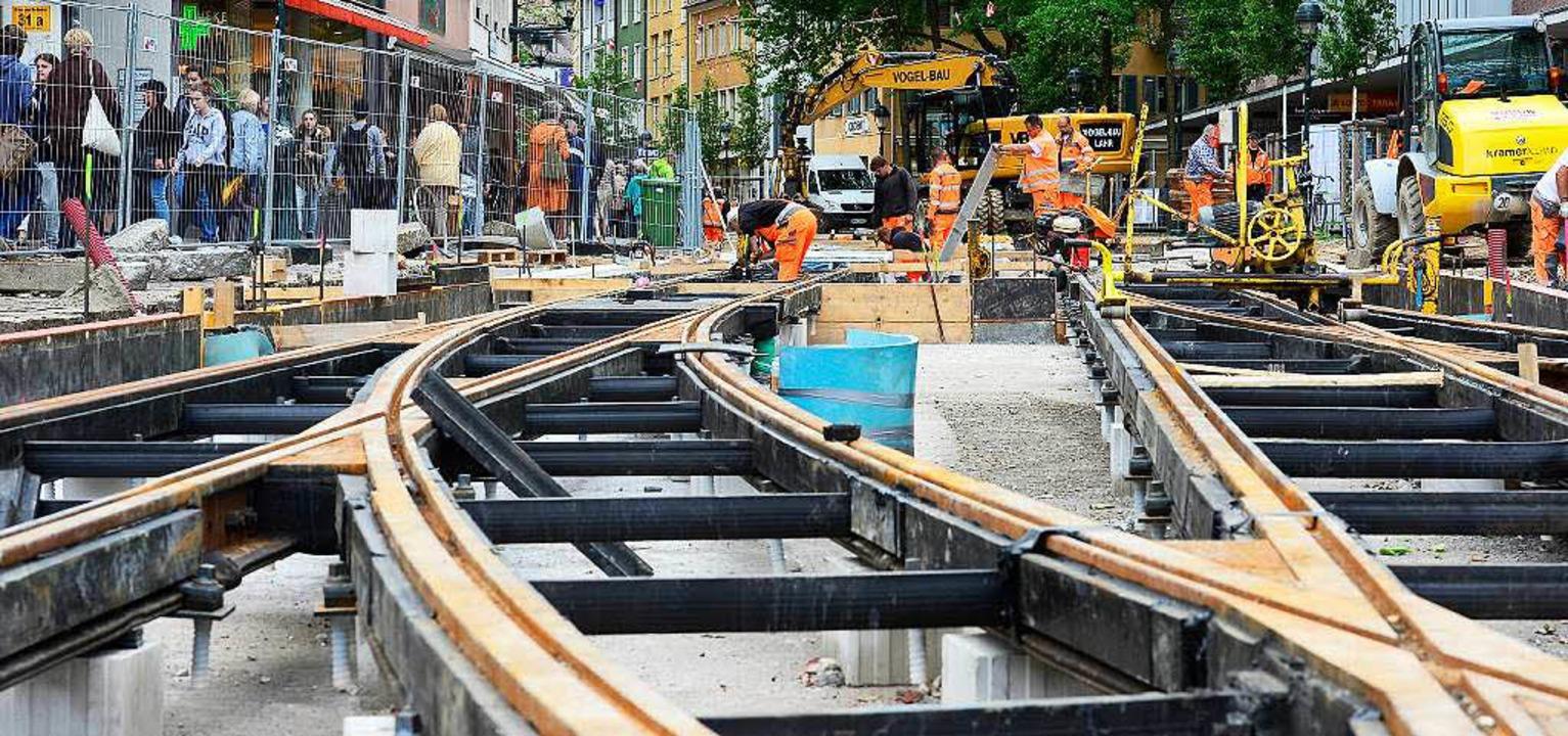 Die neuen Straßenbahnschienen mitten i...Matten gesetzt und in Beton gebettet.   | Foto: I. Schneider