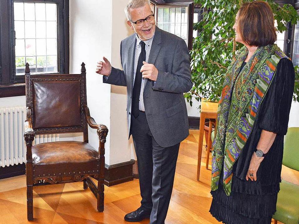 Zum Abschied bekommt der Ruheständler einen historischen Stuhl.  | Foto: Michael Bamberger