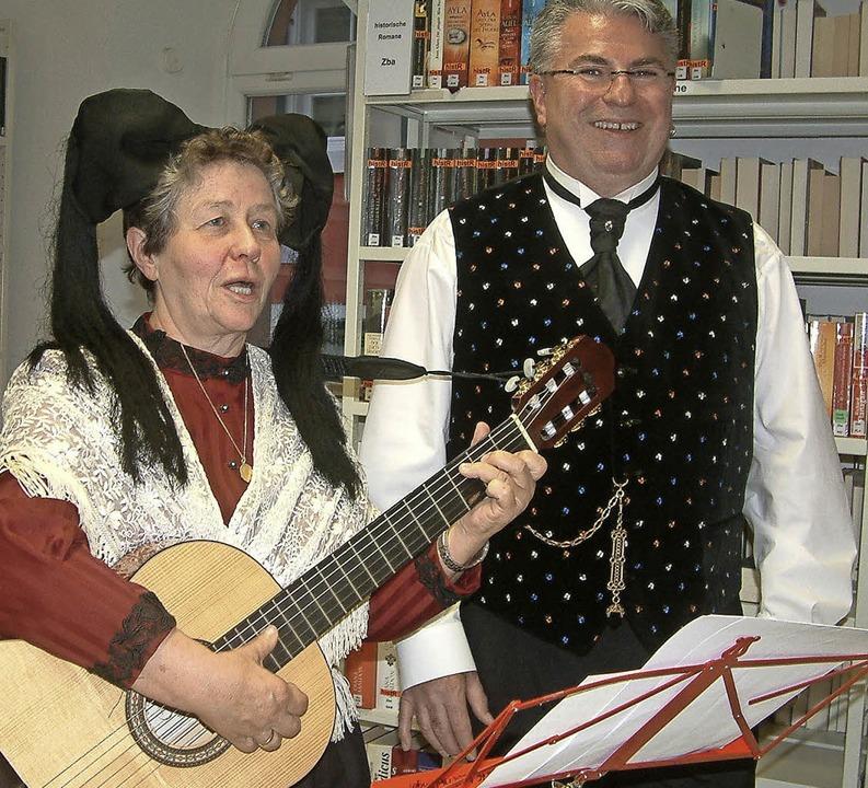 Anita Möhring und Thomas Hofer erinner...rin und Musikerin Helene Zapf-Beydeck   | Foto: FREY