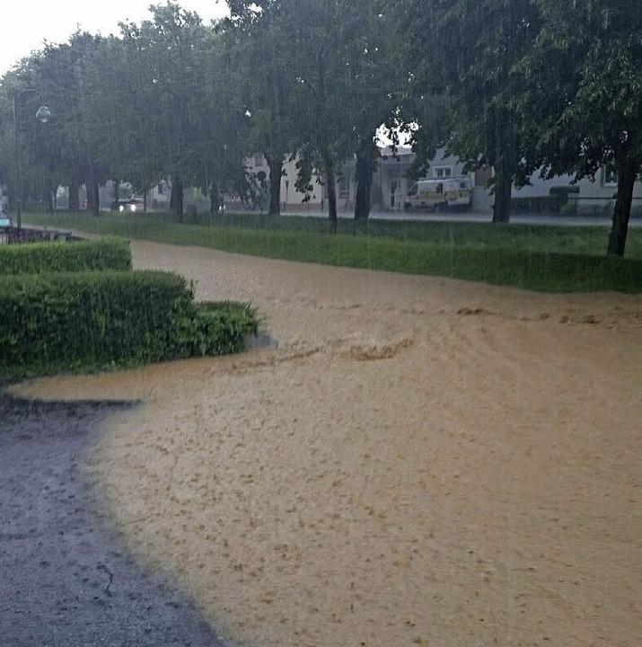 Eine überflutete Straße in Heitersheim   | Foto: Alexander Huber