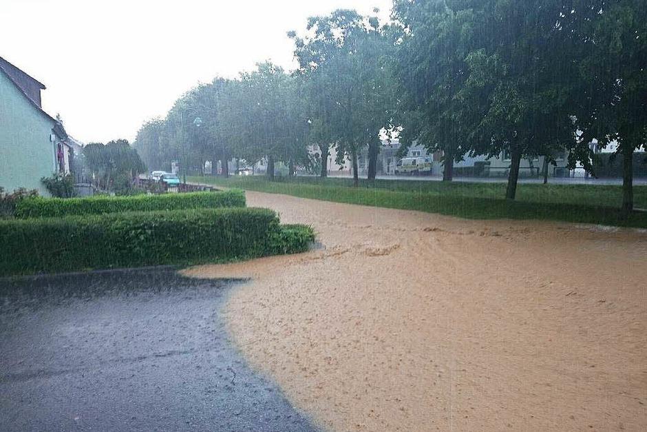 Eine überflutete Straße in Heitersheim (Foto: Alexander Huber)