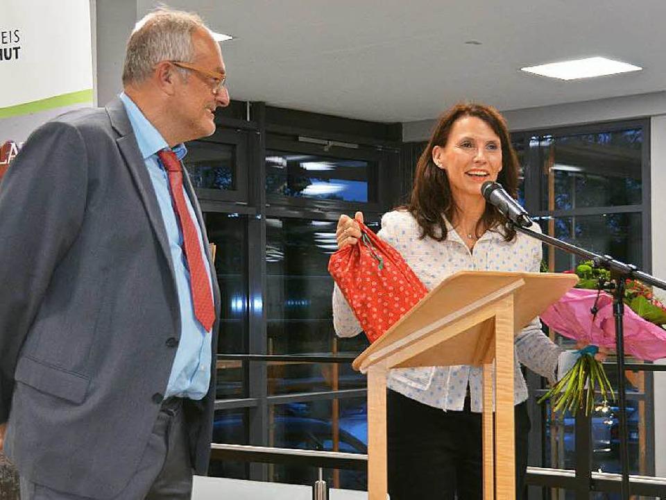 Peter Bläsi überreichte der Schirmherr...zelühr-Sutter Blumen und ein Geschenk.  | Foto: Juliane Kühnemund