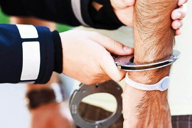 Beachparty in Hasel: Polizei nimmt aggressiven Partygast in Gewahrsam