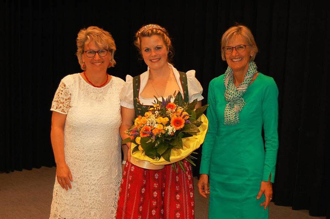 Milchkönigin Charlotte Mark mit Fränzi...) und Dorothea Störr-Ritter (rechts).   | Foto: Christian Ringwald