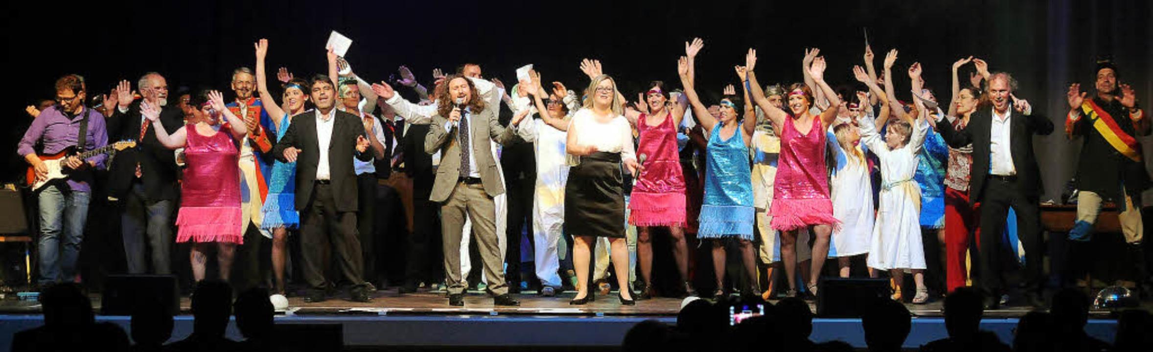Großes Finale: Die Mitwirkenden der Bü...stehend begeistert Beifall klatschte.     Foto: Wolfgang Künstle