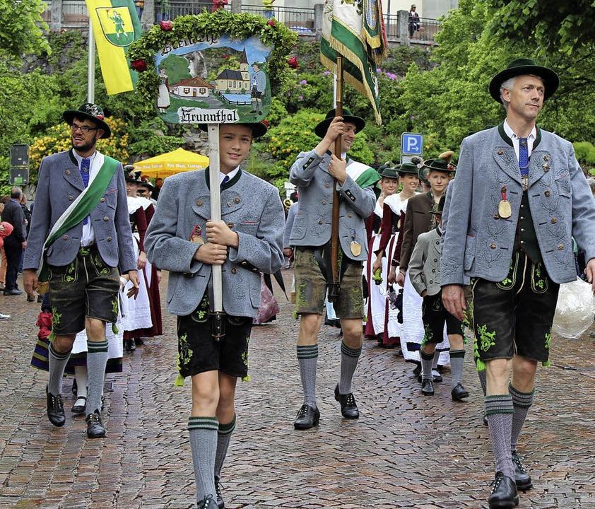 Aus Bayern kamen die Trachtenfreunde B...tte wieder den Bogen raus beim Umzug.   | Foto: Hermann Jacob