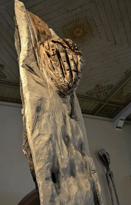 Passt perfekt in den Kirchenraum: Pete...eines gotischen Kruzifixes inspiriert.  | Foto: Benedikt Sommer