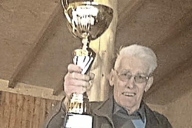 Boulespieler gewinnen Pokal