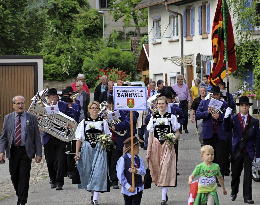 Die Gäste aus dem schweizerischen Bannwil auf ihrem Marsch durch Wollbach.  | Foto: Reinhard Cremer