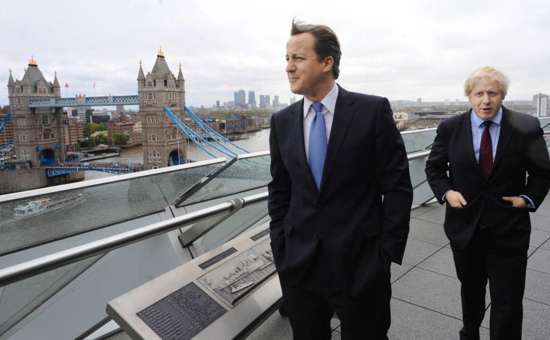 Distanziert über den Dächern Londons &... (l.) und Boris Johnson im Jahr 2012.   | Foto: AFP