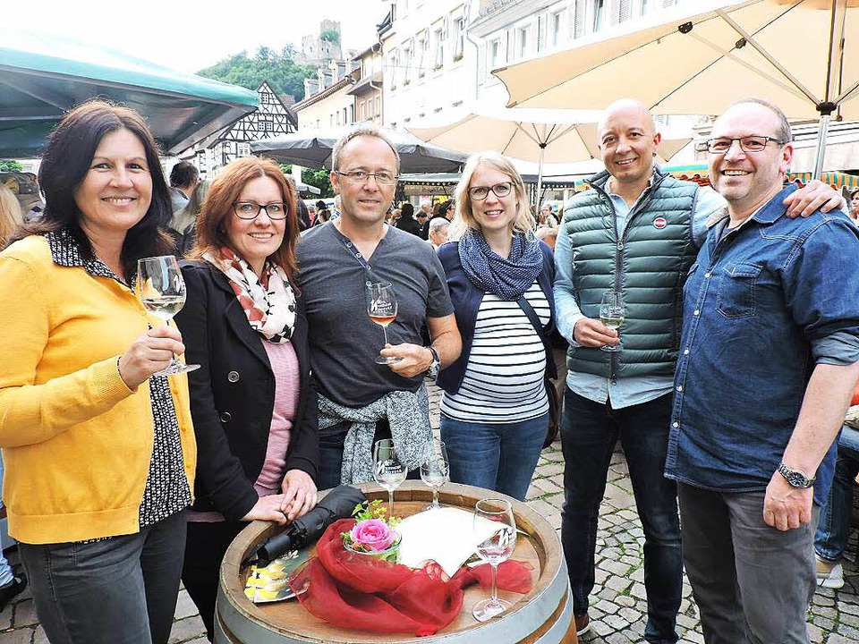 """Fröhliche Gäste der """"Weinkultur"""""""