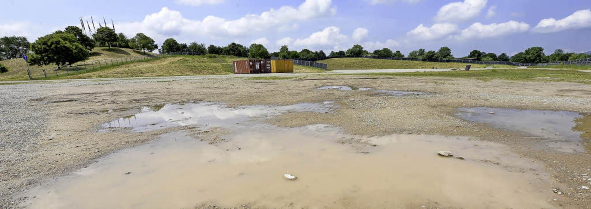 Eine Lage Splitt ist auf dem ZMF-Gelän...Gefälle fehlt, staut sich das Wasser.   | Foto: Ingo Schneider