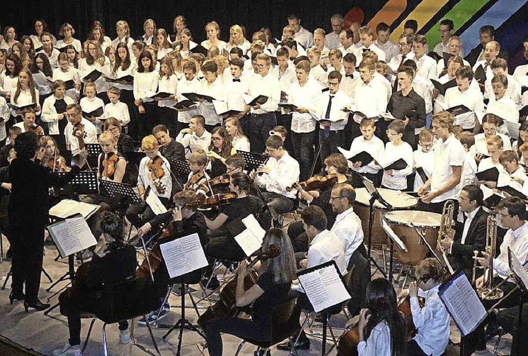 Große Runde: Jubiläumskonzert des Koll...astian in der Kageneckhalle in Stegen   | Foto: Anne Freyer