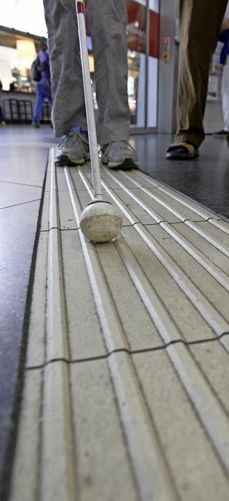 Die hellen, gerillten Streifen leiten ...eisezentrum, will die Bahn schließen.   | Foto: Ingo Schneider
