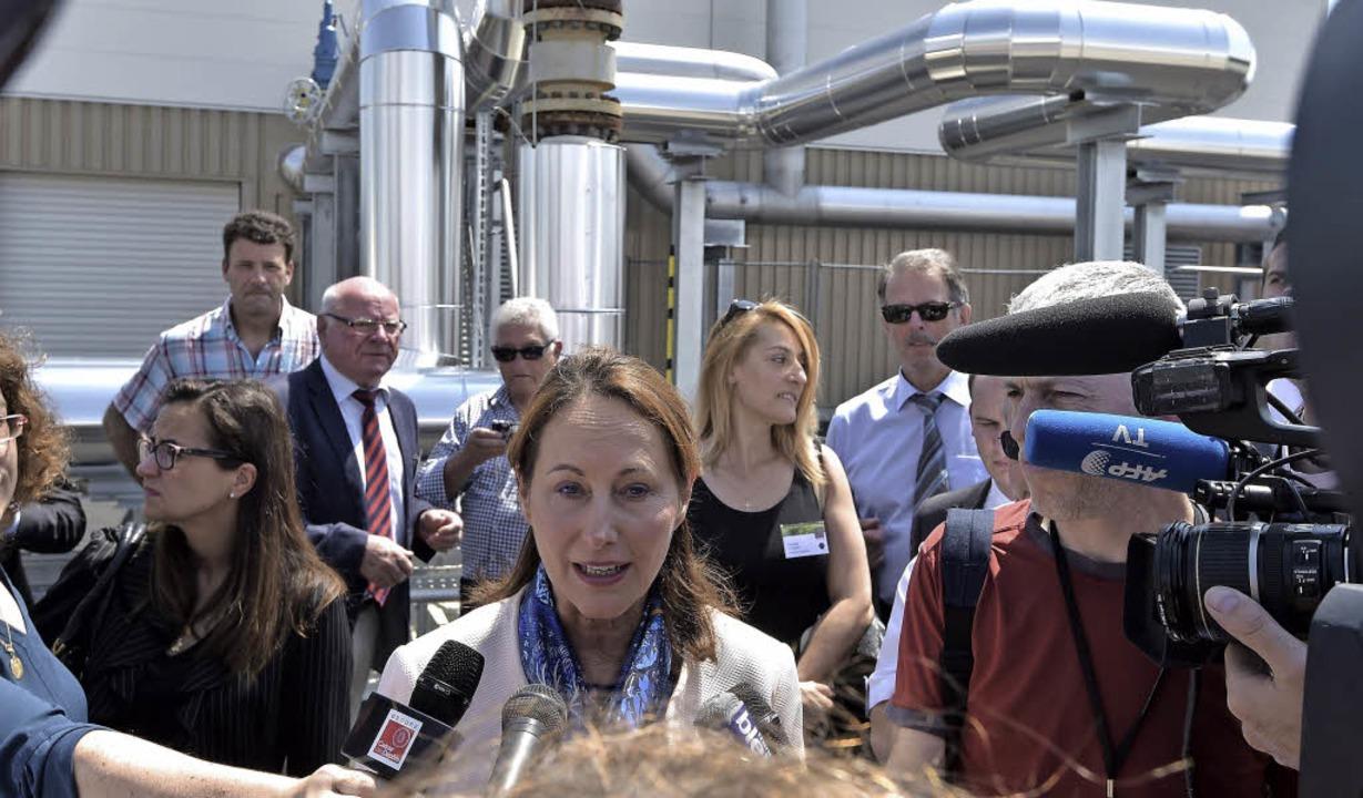 Ministerin Ségolène Royal (Mitte) auf dem Gelände des neuen Geothermiekraftwerks    Foto: AFP