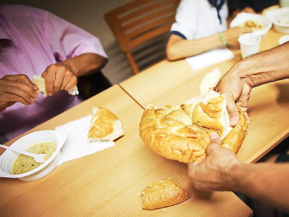 Für Muslime hat der Ramadan begonnen. Gegessen wird nur nachts.  | Foto: dpa