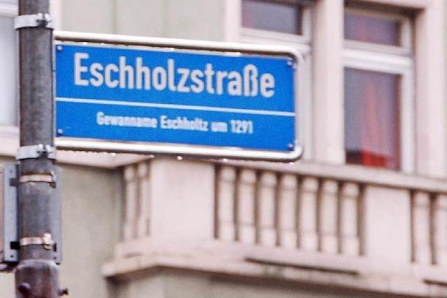 Eine Gruppe Männer prügelt sich in der Freiburger Eschholzstraße