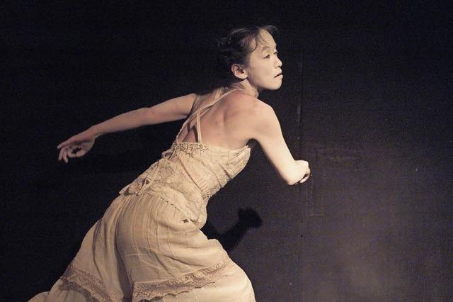 Makiko Tominaga improvisiert im Theater Nuage Fou zur Musik des Saxophonisten Marcel Schmid