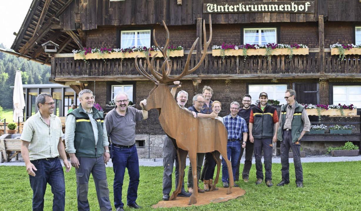 Mehr als drei Meter groß ist die Hirsc...im Hochschwarzwald aufmerksam macht.    | Foto: Evamarie Kurfess