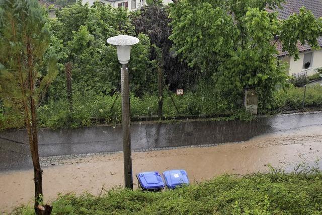 Keller sind geflutet und Straßen gesperrt