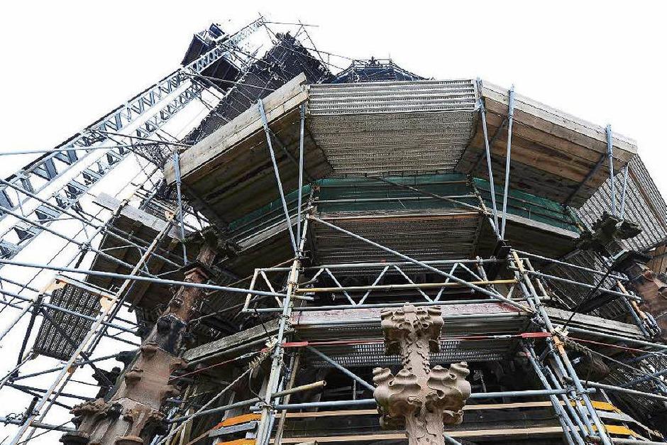 Seit zehn Jahren verdeckt ein Gerüst den Münsterturmhelm: Bis Ende August wird es bis auf 82 Meter Höhe zurückgebaut. (Foto: Ingo Schneider)