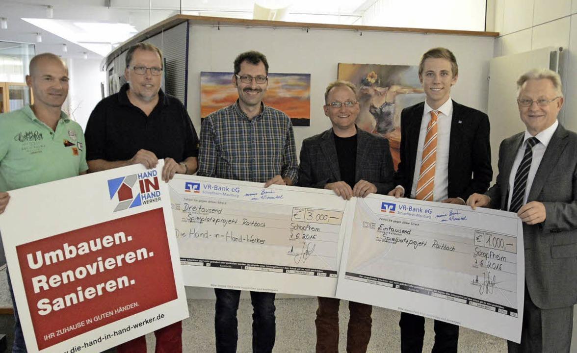 Übergabe der Spendenschecks für die Au... Bernhard Schlageter von der VR-Bank.   | Foto: Edgar Steinfelder
