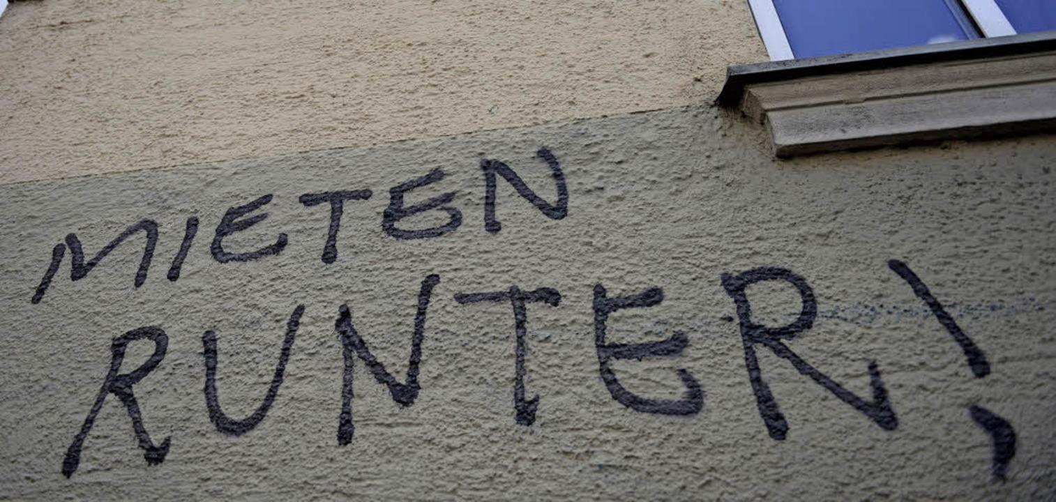 Das hohe Mietniveau, hier in Graffiti ...mmer mehr Haushalte zu einem Problem.   | Foto: DPA